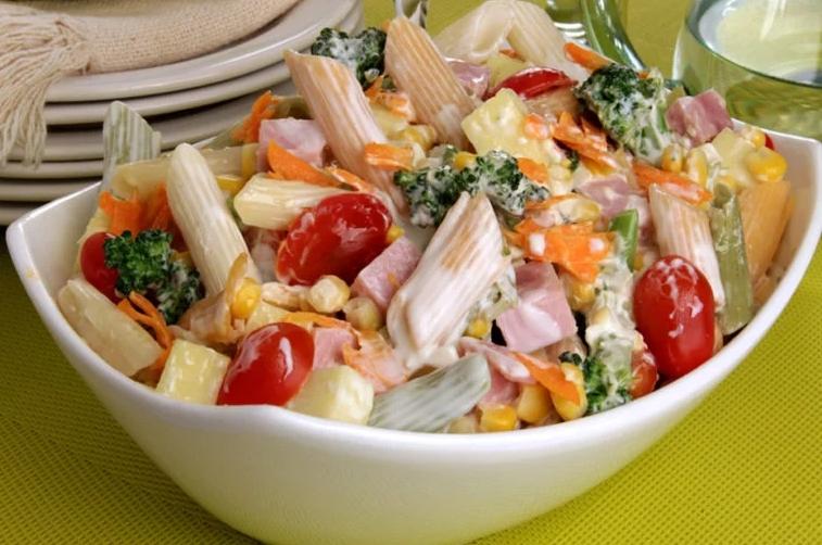 Salada de macarrão com legumes e frios (Receita maravilhosa)