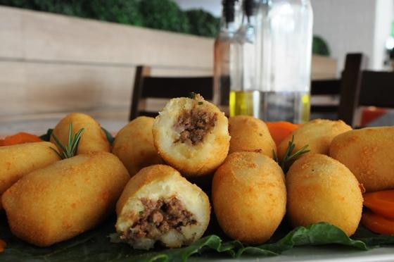 Bolinho de Mandioca recheado com Carne Moída: Receita fácil e deliciosa!