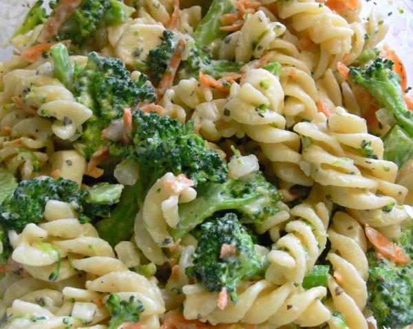 Macarrão com brócolis e cenoura
