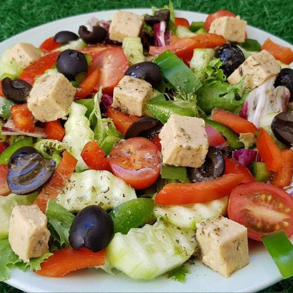 Salada mediterrânea de pepino: Receita leve e saborosa!