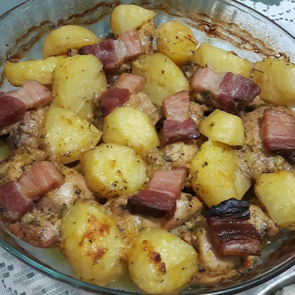 Sobrecoxa Assada com Batatas e bacon